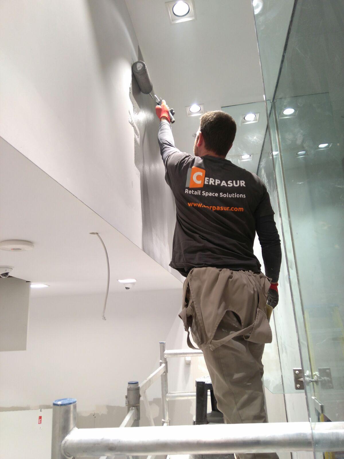 Finalizando con los últimos acabados de pintura en la obra de reforma del local Swarovski en Glasgow - Cerpasur 2017